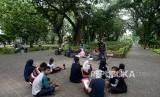 Sejumlah warga beraktivitas di Taman Suropati, Menteng, Jakarta, Ahad (16/12).