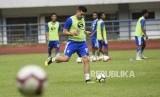 Bek Persib Bandung Fabiano Beltrame mengikuti sesi latihan di Stadion Gelora Bandung Lautan Api, Kota Bandung, Ahad (24/3).