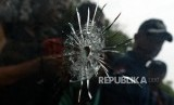 Kondisi kaca yang telah ditembusi peluru usai uji balistik senjata api Glock 17 di lapangan tembak Mako Brimob, Kelapa Dua, Depok, Jawa Barat, Selasa (23/10).
