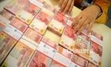 Rupiah Makin Melemah. Petugas menghitung mata uang Rupiah di Bank Mandiri, Jakarta, Senin (5/3).