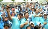 Dirut Bank BJB Ahmad Irfan (ketiga kiri), dan Kepala OJK Regional 2 Jawa Barat Sarwono (kedua kiri) bersama para direksi, berfoto bersama dengan para pelajar pada Festival Inklusi Keuangan Bank BJB 2018, di halaman Kantor Pusat Bank BJB, Kota Bandung, Rabu (24/10).