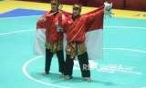 Pesilat Indonesia Ayu Sidan Wilantari dan Ni Made Dwiyanti memperlihatkan medali emas usai pertandingan cabang olahraga silat Asian Games 2018 kategori ganda putri di Padepokan Pencak Silat TMII, Jakarta, Rabu (29/8).