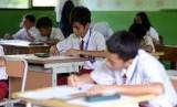 Sejumlah pelajar saat melaksanakan Ujian Sekolah Berstandar Nasional (USBN) di SD Negeri 07 Kramat Pela, Jakarta, Senin (22/4).