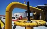 Petugas melakukan pengecekan rutin di Terminal Bahan Bakar Minyak (TBBM) Pertamina. ilustrasi