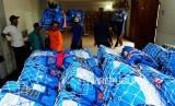 Sejumlah porter membawa koper calon jamaah haji di Asrama Haji Pondok Gede, Jakarta, Selasa (24/7).