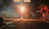 Sejumlah massa melempar bom molotov ke arah petugas kepolisian saat terjadi bentrokan Aksi 22 Mei di kawasan Slipi Jaya,  Jakarta, Rabu (22/5/2019).