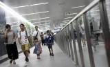 Warga berjalan di peron kereta MRT