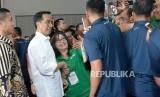 Presiden Joko Widodo (tengah) melayani permintaan swafoto oleh pengemudi online disela-sela Silatnas Keluarga Besar Pengemudi Online di Jakarta, Sabtu (12/1).