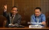 Ketua DPR RI Bambang Soesatyo bersama dengan Anggota Dewan Pengarah Unit Kerja Presiden Pembinaan Ideologi Pancasila (UKP-PIP) Mahfud MD (kiri) memberikan keterangan kepada wartawan usai melakukan pertemuan di Ruang Pimpinan, Gedung Parlemen Senayan, Jakarta, Kamis (25/1).