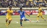 Gelandang Persib Bandung Febri Haryadi menendang bola dalam laga lanjutan Liga 1 2019  lalu.