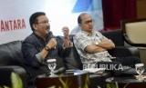 Anggota Dewan Kehormatan Forum Pemred Ilham Bintang (kiri)