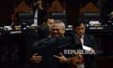 Ketua KPU Arief Budiman berpelukan dengan Ketua Tim Hukum Prabowo-Sandi Bambang Widjojanto sebelum dimulainya sidang lanjutan Perselisihan Hasil Pemilihan Umum (PHPU) Pemilihan Presiden (Pilpres) 2019 di Gedung Mahkamah Konstitusi, Jakarta, Selasa (18/6).