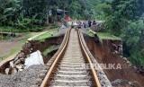 KA jalur Sukabumi-Bogor mengalami gangguan longsor yang terjadi di antara jalur Stasiun Parung Kuda-Cicurug pada Jumat (5/12). Foto jalur longsor, (ilustrasi).