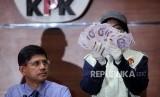 Wakil Ketua Komisi Pemberantasan Korupsi (KPK) Laode Muhammad Syarif didampingi penyidik KPK memperlihatkan barang bukti sejumlah uang kasus korupsi perizinan proyek pembangunan Meikartad di Gedung KPK ,Jakarta, Senin (15/10).