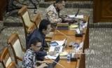 Calon pimpinan KPK, Irjen Firli Bahuri (kanan), Johanis Tanak (tengah) dan Luthfi Jayadi (kiri) saat mengikuti uji kelayakan dan kepatutan calon pimpinan KPK di Kompleks Parlemen, Senayan, Jakarta, Senin (9/9).