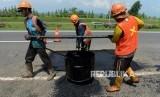 Pekerja saat menyelesaikan perbaikan Jalan Tol Cipali Kilometer 138, Kabupaten Indramayu, Jawa Barat, Selasa (7/5).