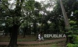 Warga berolahraga di Taman Hutan Kota Tebet, Jakarta Selatan.
