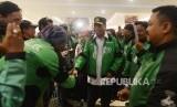 Menteri Perhubungan Budi Karya Sumadi bersalaman dengan pengemudi ojek online.
