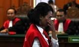 Terdakwa kasus dugaan penyebaran konten asusila Vanessa Angel berjalan di depan majelis hakim usai menjalani sidang putusan di Pengadilan Negeri (PN) Surabaya, Jawa Timur, Rabu (26/6/2019).