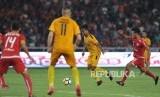 Pemain Bhayangkara FC Hargianto berusaha melepaskan tendangan saat laga pembuka Liga 1 Gojek Traveloka di Stadion Gelora Bung Karno, Senayan, Jakarta, Jumat (23/3).