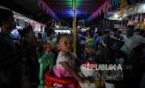 Wisata Pasar Malam. Anak-anak bermain di salah satu wahana pasar malam di Kawasan Kelapa Dua, Kota Depok, Jawa Barat, Sabtu (2/12).
