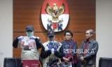 Penyidik KPK bersama Wakil Ketua KPK Basaria Panjaitan dan Alexander Marwata menunjukan barang bukti hasil oprasi tangkap tangan (OTT) kasus dugaan suap Bupati Subang di gedung KPK, Jakarta, Rabu (14/2) malam.