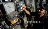 Pemerintah akan mengkaji insentif listrik untuk industri. Foto petugas memeriksa meteran listrik, (ilustrasi).