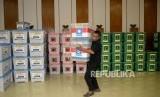 Karyawan KPU menata kontainer yang berisi berkas parpol usai dilakukanya penenlitian administrasi parpol peserta pemilu di Kantor KPU Pusat, Jakarta, Kamis (16/11).