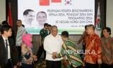 Menteri Desa PDTT Eko Putro Sandjojo bersalaman dengan para peserta benchmarking kepala desa,penggiat desa dan pendmping desa ke Negara Korea dan Cina ketika acara pelepanya di Kantor Kemeterian Desa PDTT, Jakarta, Jumat (22/3).