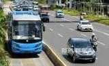 Bus Transjakarta saat akan mengangkut penumpang di Halte Dukuh Atas, Jalan Jenderal Sudirman, Jakarta, Kamis (3/1).