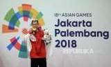 Pesilat Indonesia Hanifan Yudani Kusumah menggigit medali emas usai mengalahkan pilat Vietnam Thai Linh Nguyen pada cabang olahraga silat Asian Games 2018 kategori kelas 55-60 kilogram  di Padepokan Pencak Silat TMII, Jakarta, Rabu (29/8).
