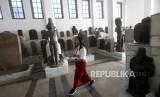 Seorang siswa Sekolah Dasar (SD) mengamati koleksi artefak patung saat belajar bersama di Museum Nasional, Jakarta, Kamis (18/10).