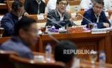 Menteri Hukum dan HAM Yasonna Laoly menyampaikan pendapatnya dalam rapat kerja dengan Komisi III DPR di Komplek Parlemen, Senayan, Jakarta, Kamis (25/1).