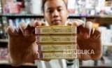 Pedagang menunjukan bungkus rokok bercukai di pasar Minggu, Jakarta, Ahad (15/9).