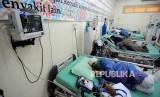 Sejumlah calon jamaah haji yang mengalami keluhan penyakit beristirahat di Poliklinik Asrama Haji Bekasi, Bekasi, Jawa Barat, Rabu (25/7).