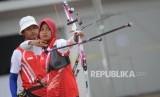 Tim panahan Indonesia Recurve beregu campuran Diananda Chairunnisa saat berlaga dalam final Invititaion Tournamet  Asean Games 2018 di Lapangan Panahan, Gelora Bung Karno, Jakarta, Rabu (13/2).