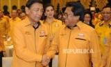 Ketua Dewan Pembina Partai Hanura Wiranto bersalaman dengan Ketua Umum Partai Hanura Oesman Sapta Odang.