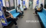 Warga menaiki MRT