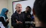 Pengacara penyidik KPK Novel Baswedan Saor Siagian memberikan keterangan kepada media seusai Konferensi Pers di LBH Pers, Jakarta, Ahad (5/11).