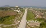 Foto aerial Jalan Tol Trans Sumatera (JTTS), Lampung, Ahad (10/6).