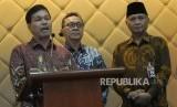 Rektor Universitas Sumatera Utara Runtung Sitepu (kiri) menyatakan penambahan enam guru besar di USU telah disetujui Mendikbud.