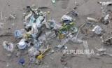 Peneliti menemukan kandungan mikroplastik di dalam tubuh plankton. Tumpukan sampah plastik disepanjang pantai. ilustrasi