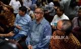 Terdakwa kasus suap proyek PLTU Riau-1 Sofyan Basir menjawab pertanyaan wartawan sebelum menjalani sidang dakwaan di Pengadilan Tipikor, Jakarta, Senin (24/6).