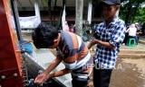 Jamaah mengambil air wudhu untuk melaksanakan ibadah Shalat Dzuhur di Mushola Truck Al - Hijrah yang terparkir di kawasan Universitas Indonesia, Depok, Jawa Barat, Rabu (27/12).