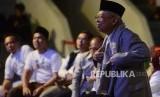 Calon Wakil Presiden nomor urut 1 KH Ma'ruf Amin saat akan memberikan sorban yang sudah dilelang pada acara Konser Nasyid dan Sholawat di Istora Senayan, Jakarta, Sabtu (20/10).