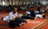 Umat Muslim saat membaca Alquran di Masjid Istiqlal, Jakarta.