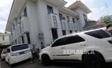 Petugas memarkirkan sejumlah barang bukti mobil kasus dugaan penipuan perjalanan umrah First Travel di Kejaksaan Negeri Depok, Jalan Boulevard Raya, Pancoran Mas, Kota Depok, Jawa Barat, Kamis (7/12).