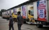 Antrean truk yang membawa daging kerbau dan sapi saat Launching dan Pelepasan Operasi Pasar Kerbau dan Sapi (Stabilisasi Pangan) di Perum BULOG Divre DKI Jakarta, Kelapa Gading, Jakarta, Rabu (20/12).
