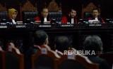 Ketua Mahkamah Konstitusi Anwar Usman bersama para hakim saat sidang lanjutan Perselisihan Hasil Pemilihan Umum (PHPU) Pemilihan Presiden (Pilpres) 2019 di Gedung Mahkamah Konstitusi, Jakarta, Selasa (18/6).