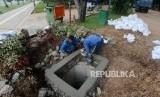 Sumur Resapan. Petugas Dinas Sumber Daya Air saat menyelesaikan pembangunan sumur resapan di kawasan Monas, Jakarta, Selasa (26/2).